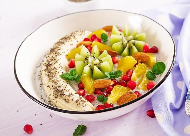 Jedzenie fitness. pyszny i zdrowy budyń chia z nasionami banana, kiwi i chia.
