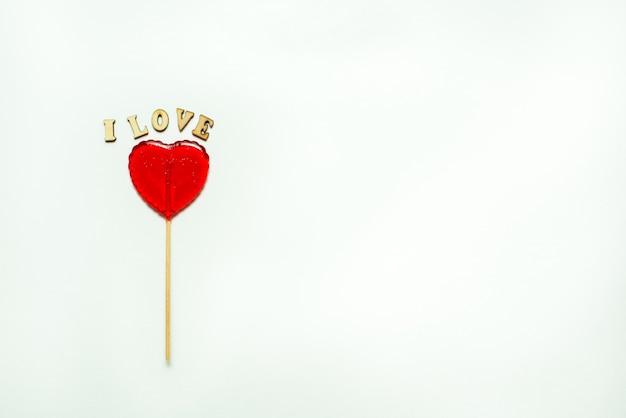 Jedzenie i picie, koncepcja wakacji. lizak w kształcie serca dla miłości walentynki z białą ścianą. skopiuj miejsce