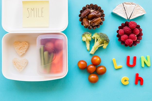 Jedzenie i picie w pobliżu lunchboxu
