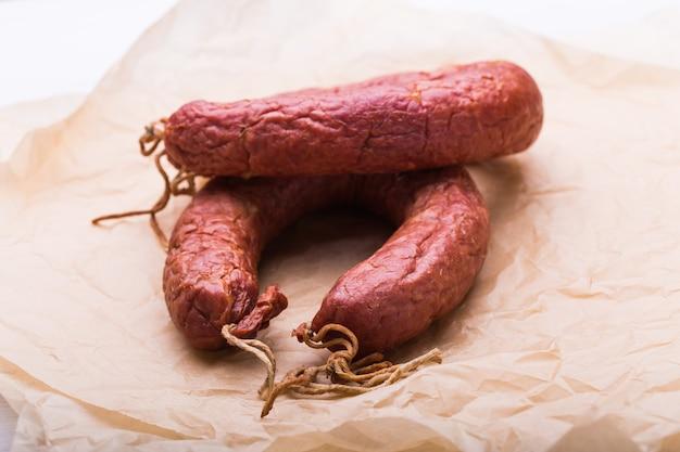 Jedzenie, kuchnia narodowa i pyszna koncepcja - tradycyjna środkowoazjatycka kiełbasa z mięsa końskiego