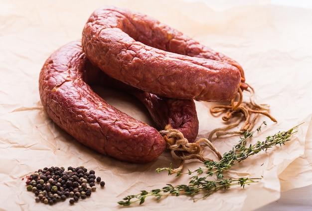 Jedzenie, kuchnia narodowa i pyszny koncept - kiełbaski z mięsa końskiego.