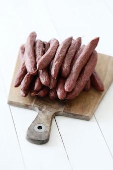 Jedzenie, mięso. pyszna kiełbasa na stole