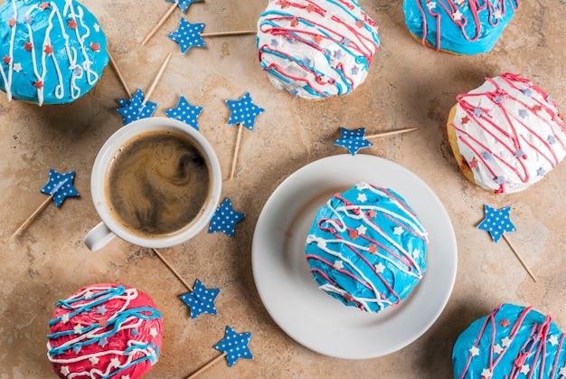 Jedzenie na dzień niepodległości. 4 lipca. tradycyjne amerykańskie pączki z polewą w kolorach flagi usa