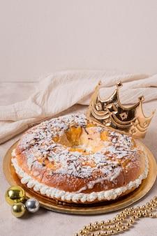 Jedzenie na dzień trzech króli pod wysokim kątem na złotym talerzu z koroną