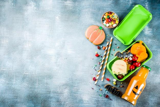 Jedzenie na halloween, szkolne pudełko na lunch z butelką napoju dyniowego