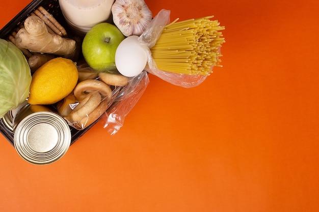 Jedzenie na pomarańczowym tle widok z góry