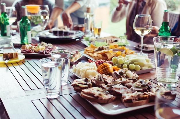 Jedzenie na przyjęciu w ogrodzie