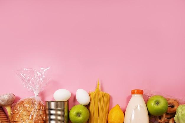 Jedzenie na różowym tle, widok z góry makiety