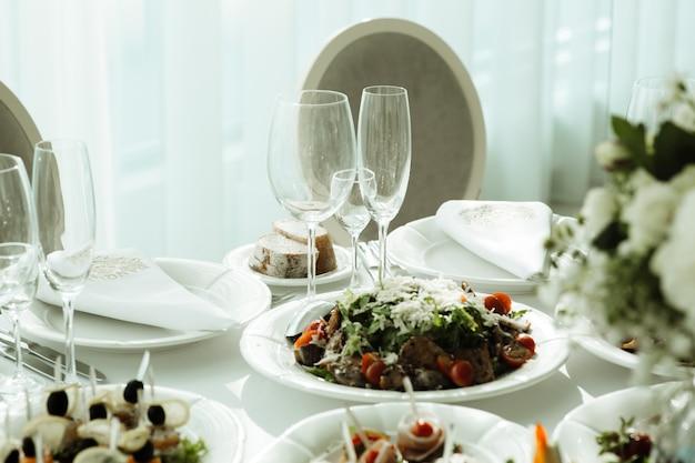 Jedzenie na stole, nakrycie stołu w restauracji