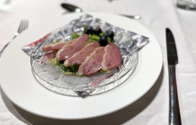 Jedzenie na talerzu na stole podczas świątecznej kolacji w amsterdamie lockdwon