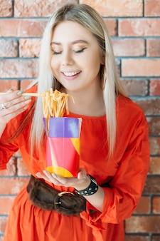 Jedzenie na wynos. chiński makaron w pudełku obiadowym. milenijne nawyki żywieniowe