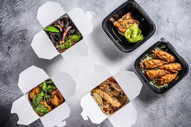 Jedzenie na wynos. sajgonki, pierogi, gyoza i makaron woka. zdrowy lunch weź i idź żywności ekologicznej. .