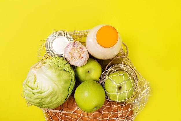Jedzenie na żółtym tle, widok z góry makiety