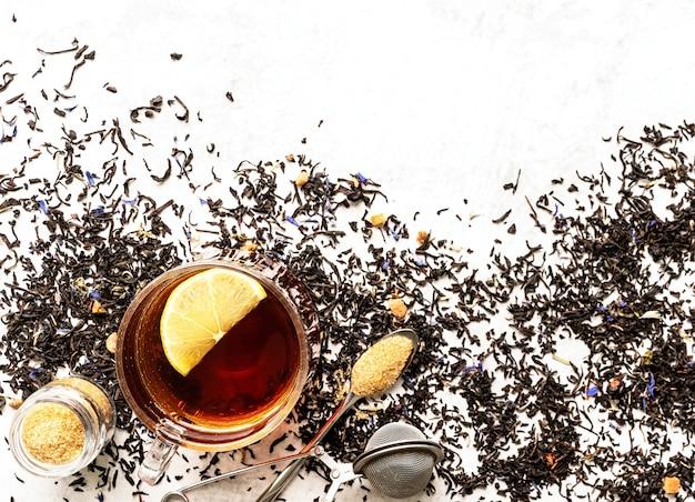 Jedzenie napoje. czarna herbata z cytryną na białym tle flatlay widok z góry