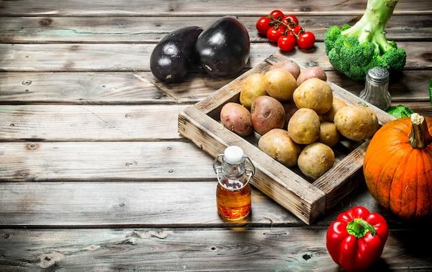 Jedzenie organiczne. dojrzałe warzywa na rustykalnym stole