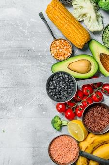Jedzenie organiczne. dojrzałe warzywa z roślinami strączkowymi. na rustykalnym.
