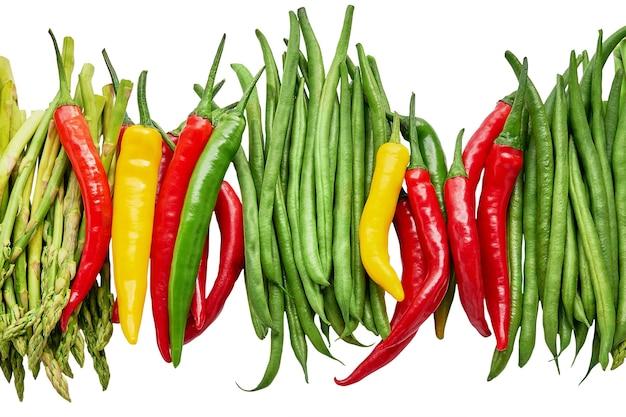 Jedzenie organiczne. kolorowe warzywa na białym tle