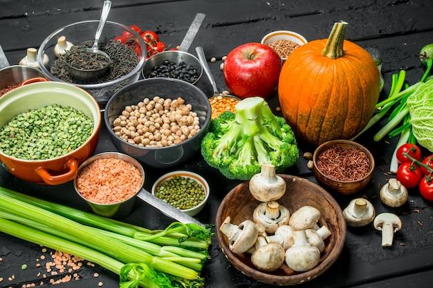 Jedzenie organiczne. różne rodzaje owoców i warzyw z roślinami strączkowymi.