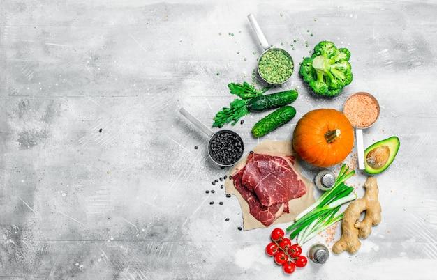 Jedzenie organiczne. różnorodność zdrowej żywności ze stekami wołowymi.