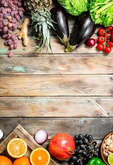 Jedzenie organiczne. świeże owoce i warzywa. na drewnianym.