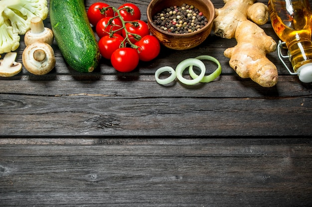 Jedzenie organiczne. świeże warzywa z przyprawami na rustykalnym stole.