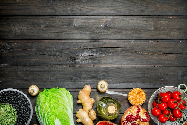Jedzenie organiczne. zdrowy asortyment warzyw i owoców z roślinami strączkowymi. na drewnianej powierzchni.