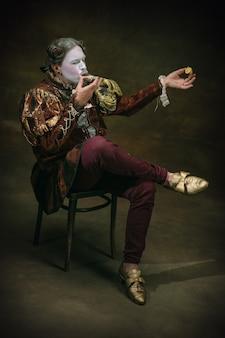 Jedzenie ostrygi młody mężczyzna jako johann bach na ciemnozielonym tle