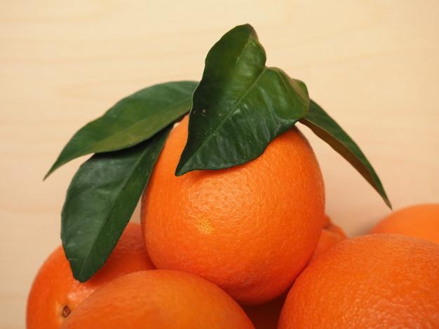 Jedzenie owoców pomarańczy