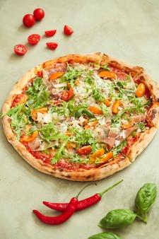 Jedzenie pizzy