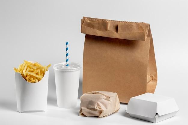 Jedzenie pod wysokim kątem w pustym opakowaniu z papierową torbą