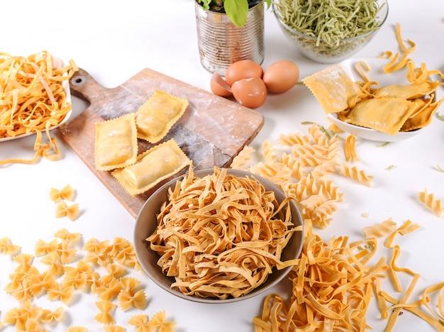 Jedzenie. pyszny ręcznie robiony makaron na stole