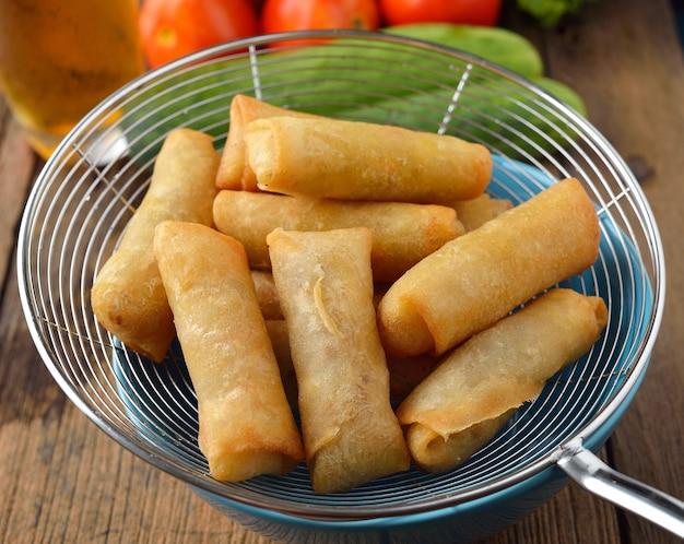 Jedzenie smażone chińskie tradycyjne sajgonki