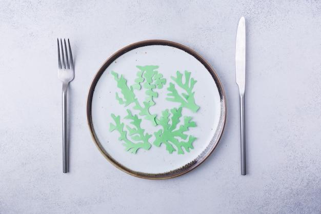 Jedzenie świerszczy owady i wodorosty na talerzu jedzenie owady do jedzenia jako produkty spożywcze jest dobrym źródłem posiłku wysokobiałkowe jadalne dla przyszłej koncepcji żywności wysokiej jakości zdjęcie