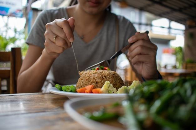 Jedzenie tajskiego smażonego ryżu z pastą krewetkową