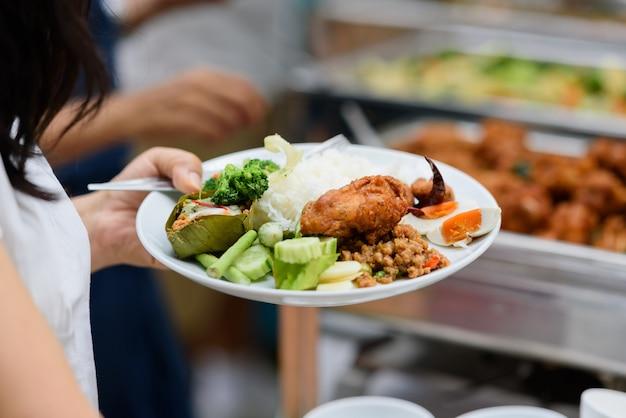 Jedzenie w formie bufetu, catering party w restauracji, mini kanapki, przekąski i przekąski