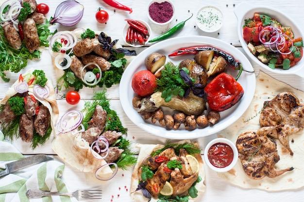 Jedzenie w formie bufetu grill mięso lunch menu restauracji bankiet koncepcja