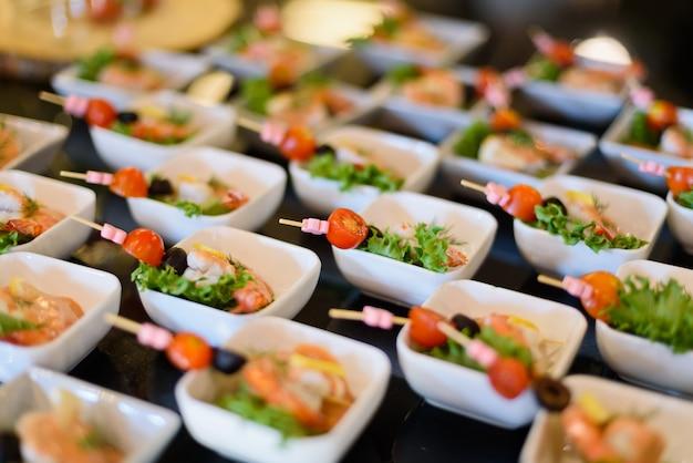 Jedzenie w formie bufetu, przyjęcie cateringowe w restauracji