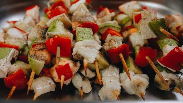 Jedzenie w formie bufetu w restauracji, przekąska na konferencji, catering koncepcyjny