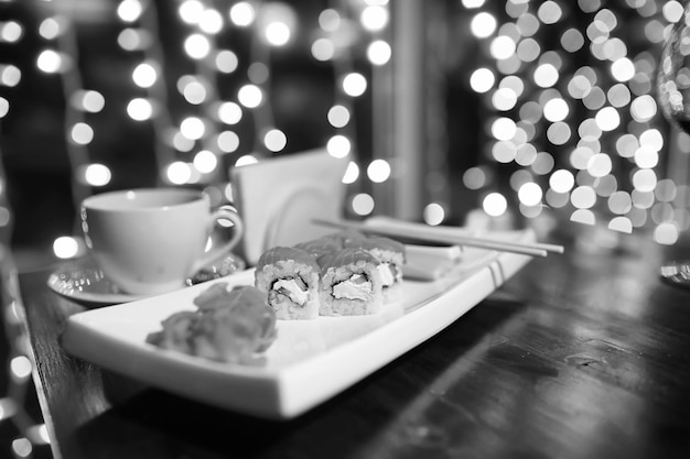 Jedzenie w kawiarni na stole japońskie sushi i herbata