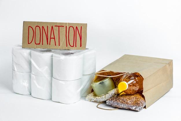 Jedzenie w papierowej torbie na datki. zapas antykryzysowy podstawowych towarów na okres izolacji kwarantanny. dostawa żywności, koronawirus.