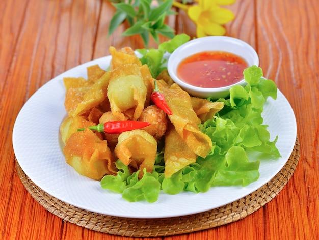 Jedzenie w stylu azjatyckim, deep fried wonton na przystawkę