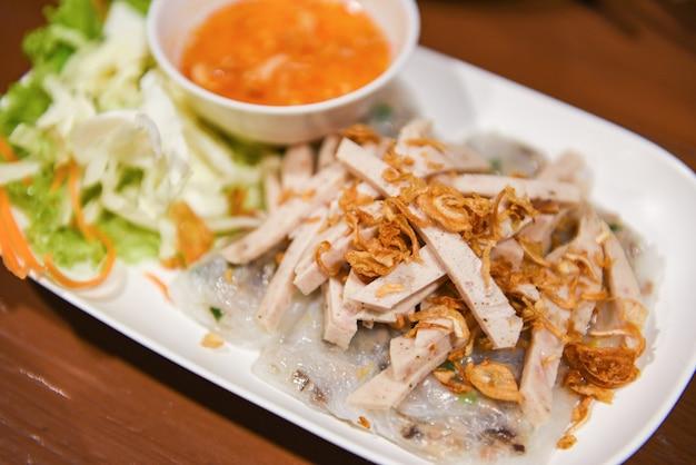 Jedzenie wietnamska kiełbasa wieprzowa, cuon banh wietnamski mączka mięsna z papieru ryżowego gotowanego na parze