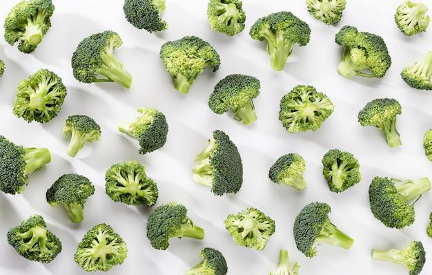 Jedzenie wzór zielony brokuły. na białym tle warzywo na białym tle. widok z góry.