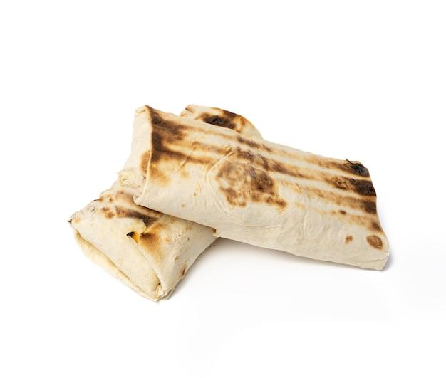 Jedzenie zawinięte w chleb pita, shawarma na białym tle, z bliska