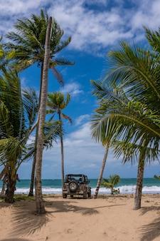 Jeep na karaibskiej plaży