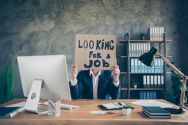 Jego zwolnił biednego agenta finansowego brokera faceta trzymającego w rękach plakat promocyjny ukrywający twarz patrzącą nową szansę ekonomia pracy ubezpieczenie inwestycji na poddaszu przemysłowe stanowisko pracy