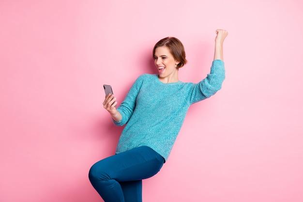 Jej portret jest miła atrakcyjna urocza podekscytowana udana wesoła wesoła brązowowłosa dziewczyna korzystająca z aplikacji 5g czytająca sms wygrywająca loteria