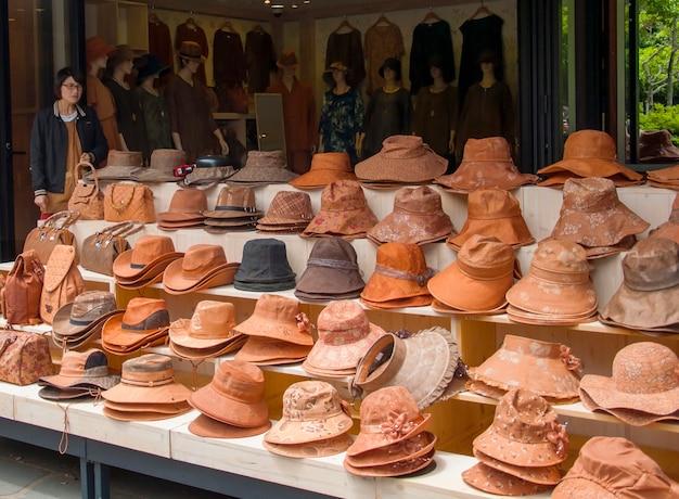 Jeju, korea - 12 października: tradycyjny sklep z kapeluszem w jeju do