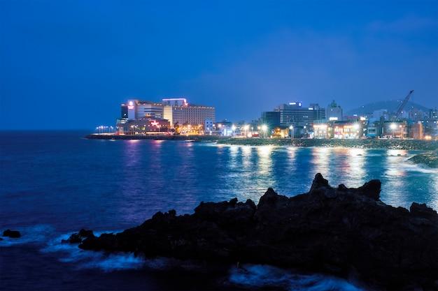 Jeju miasto oświetlone w nocy, wyspa jeju, korea południowa