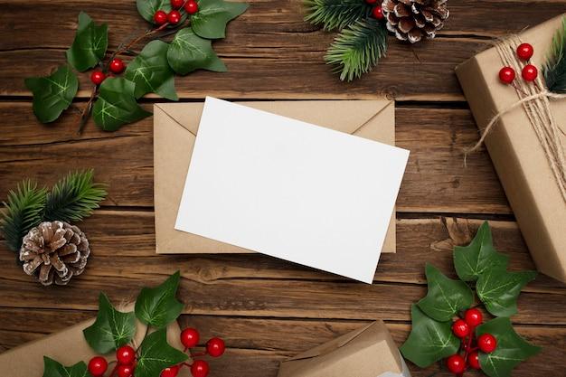 Jemioła i prezenty świąteczne na rustykalnym drewnianym stole